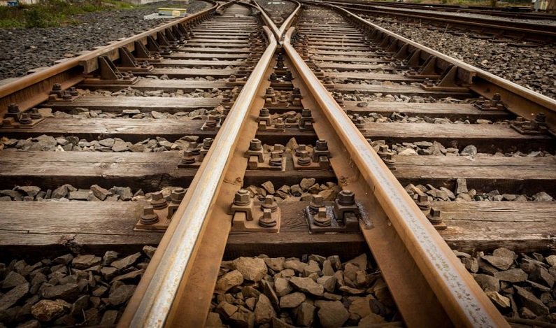 Menino de 5 anos morre decapitado por trem ao correr atrás de pipa