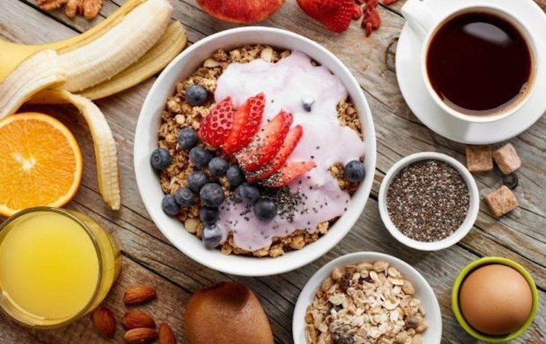 Por que você deveria tomar um bom café da manhã (e dar adeus a seu jantar)