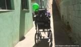 Menino com deficiência é deixado na escola enquanto colegas vão a passeio