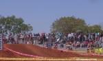 Piloto de motocross invade arquibancada durante corrida e atropela adolescentes