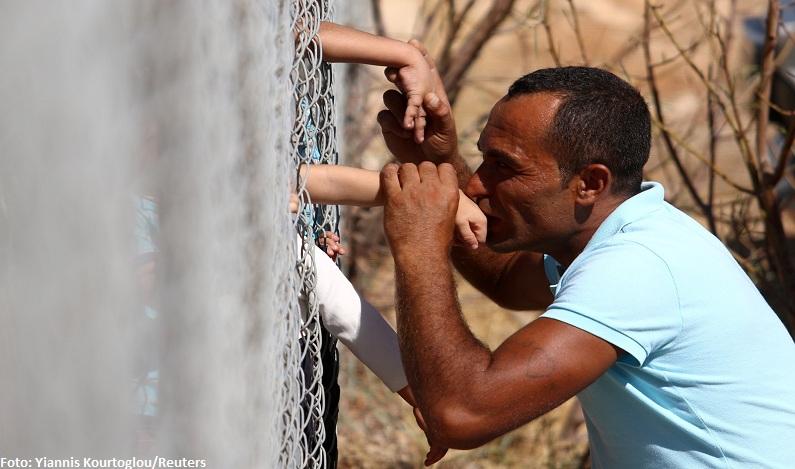 Separado por cerca, refugiado sírio beija filhos após um ano sem ver a família