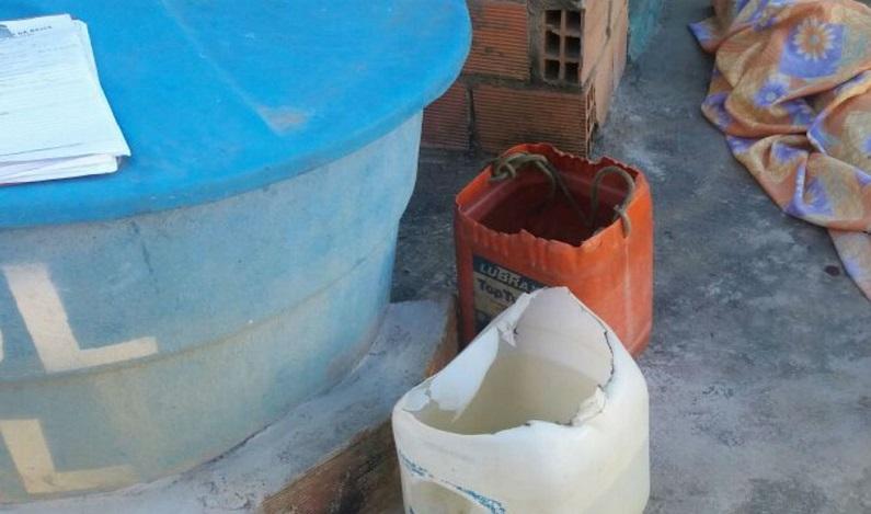 Homem é achado morto no quintal de casa na BA; polícia investiga se vítima se afogou em balde com água