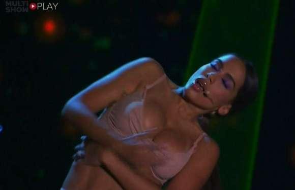 """Sutiã """"trai"""" e Anitta mostra demais em prêmio Multishow"""