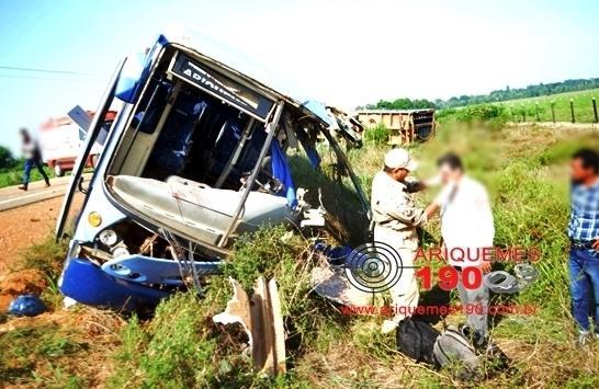 Ônibus e carreta batem na BR 421 em Rondônia deixando vários feridos