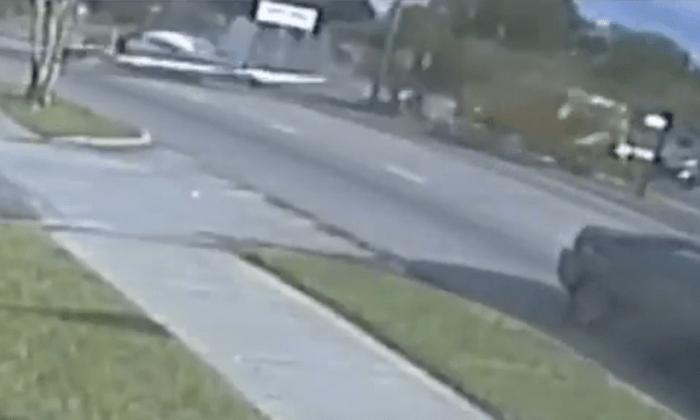 Avião faz pouso de emergência em rodovia e cinco ficam feridos; veja vídeo