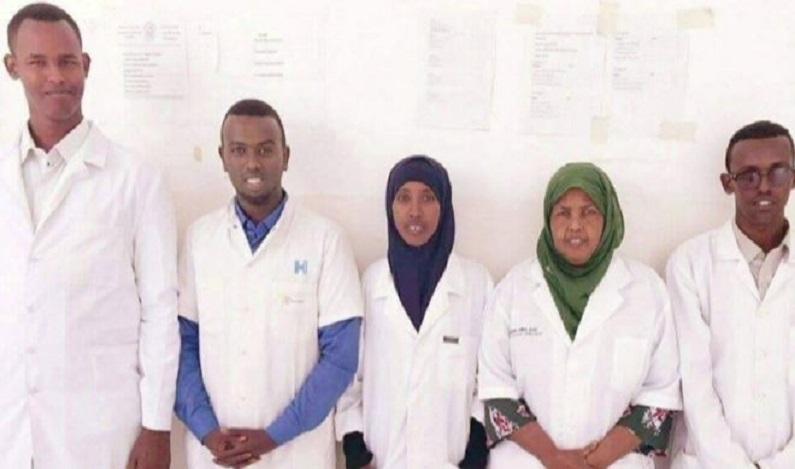 Pai que ia á formatura acaba em funeral de filha morta em ataque na Somália