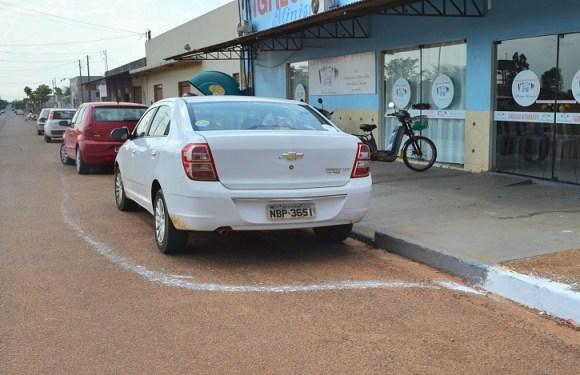 Pintura de meio-fio 'desvia' de veículos estacionados e caso gera polêmica em RO