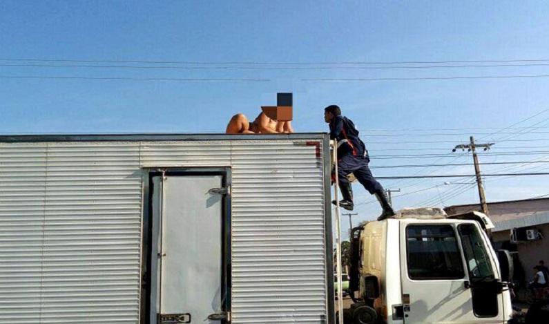 Mulher sobe em caminhão e fica pelada, em Porto Velho