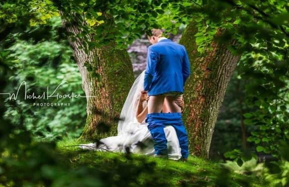 Noiva posa para foto simulando sexo oral em noivo a pedido da sogra