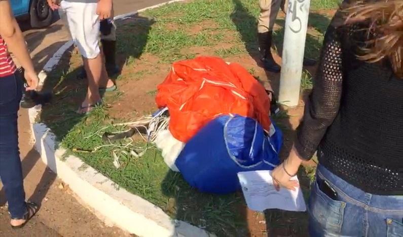 Paraquedista cai em cruzamento e é atropelado por carro de luxo em Campo Grande