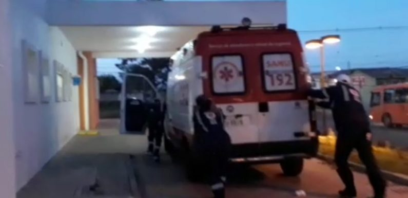Ambulância aparece sendo empurrada por equipe e vídeo viraliza