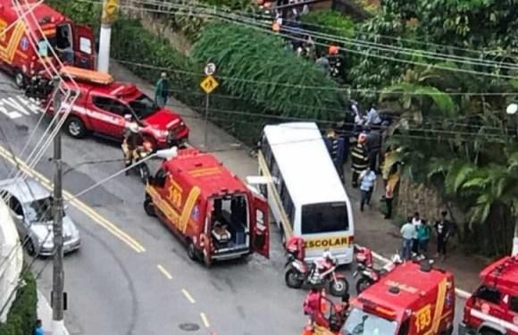 Micro-ônibus escolar bate em muro e deixa crianças feridas em SP
