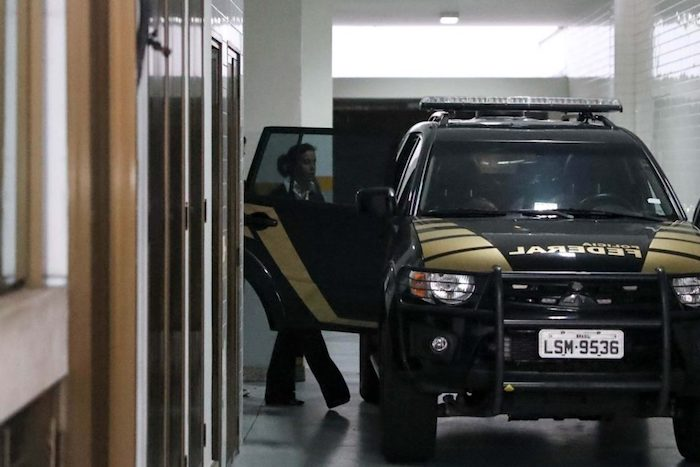 Sob gritos de 'pilantra', Adriana Ancelmo volta para a prisão