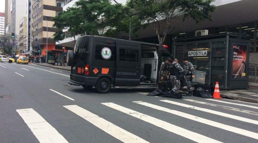 Mala abandonada em frente a prédio da Receita Federal no PR mobiliza Antibombas