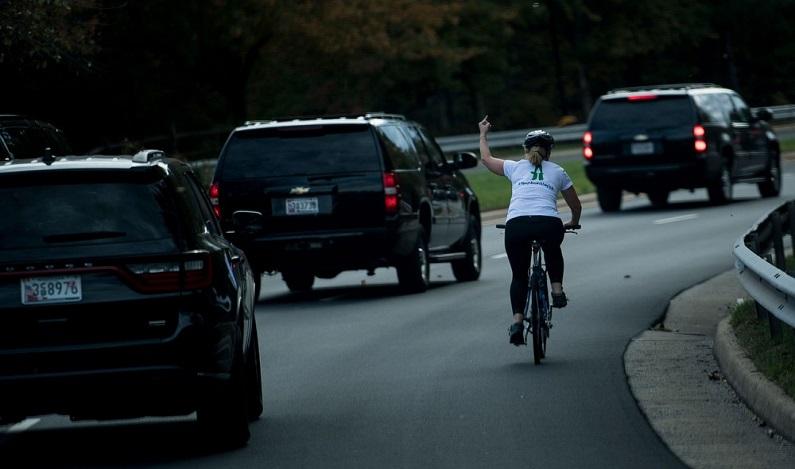 Ciclista que mostrou o dedo médio a Trump é demitida