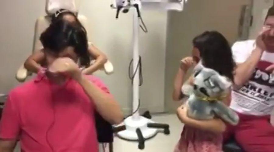 Ele passou a vida sem ouvir nada e após implante se emocionou com as vozes da mãe e da filha; assista