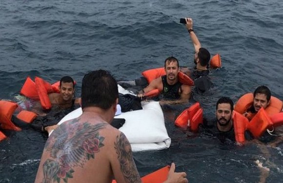 Vítima de naufrágio faz selfie durante resgate na Bahia e foto viraliza