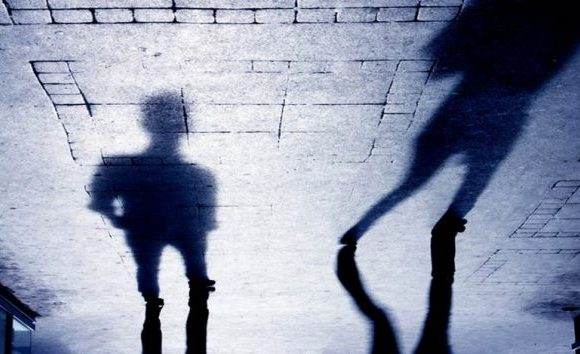 Suspeito de estupro se joga em carro da PM para fugir de linchamento no DF