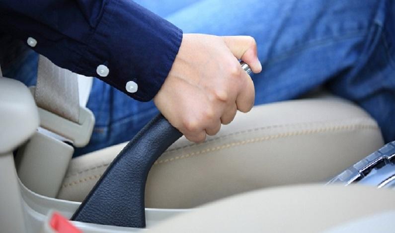 Motorista é condenada por não acionar freio de mão ao estacionar