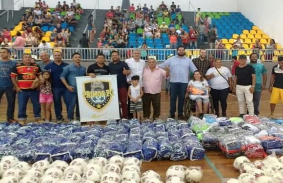 Jean de Oliveira participa da entrega de material esportivo paraescolinhas de futebol na capital