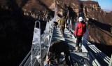 China constrói ponte transparente mais longa do mundo