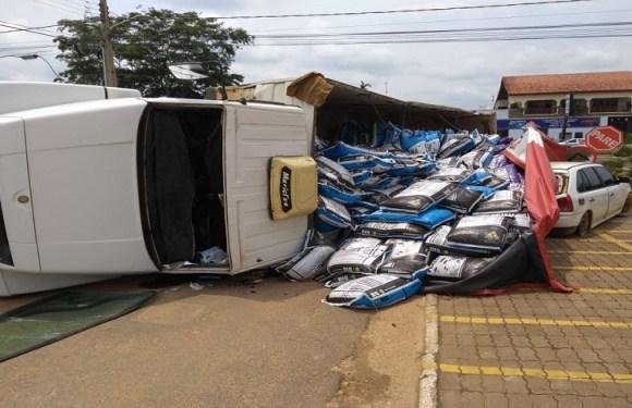Caminhão carregado de ração tomba em cima de carro em Ji-Paraná, RO