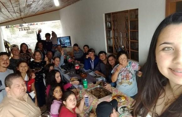 Ao procurar por irmãos, mulher descobre 122 parentes de uma vez só