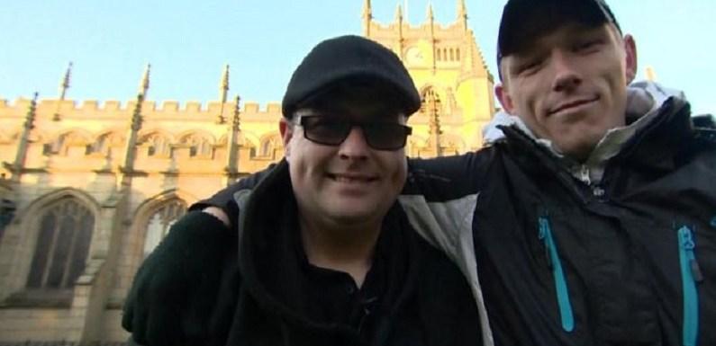 Britânico conversa com morador de rua e descobre irmão que não via desde bebê