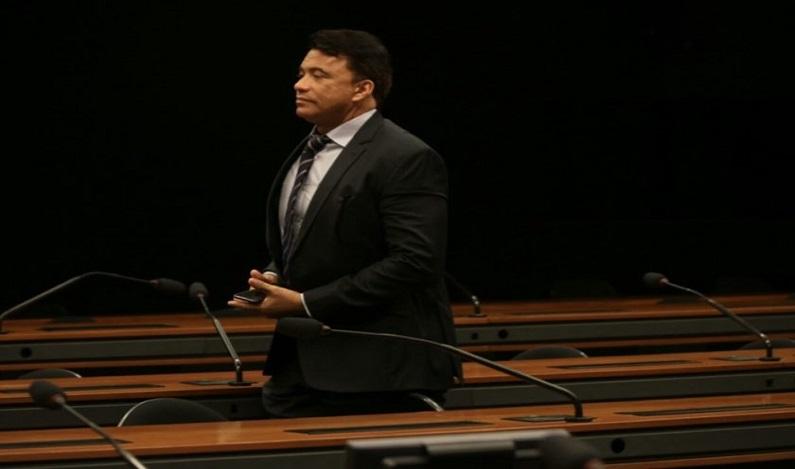 """Conselho de Ética arquiva processos contra """"deputado da tatuagem"""""""