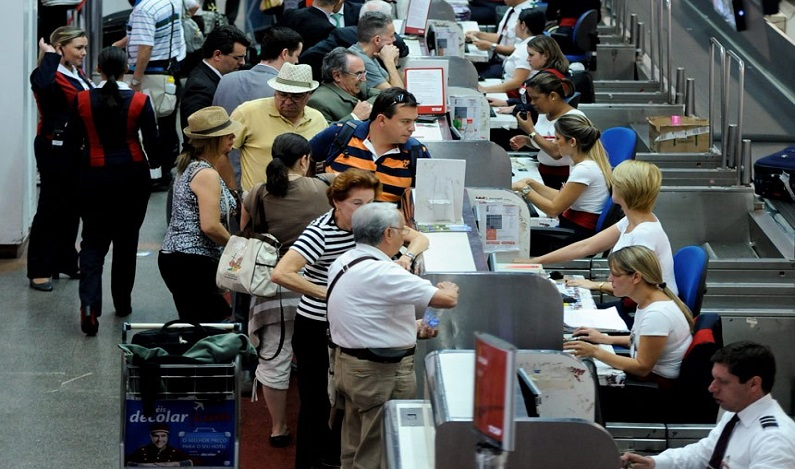 Idosos de baixa renda poderão ter isenção de tarifa de embarque em voos domésticos