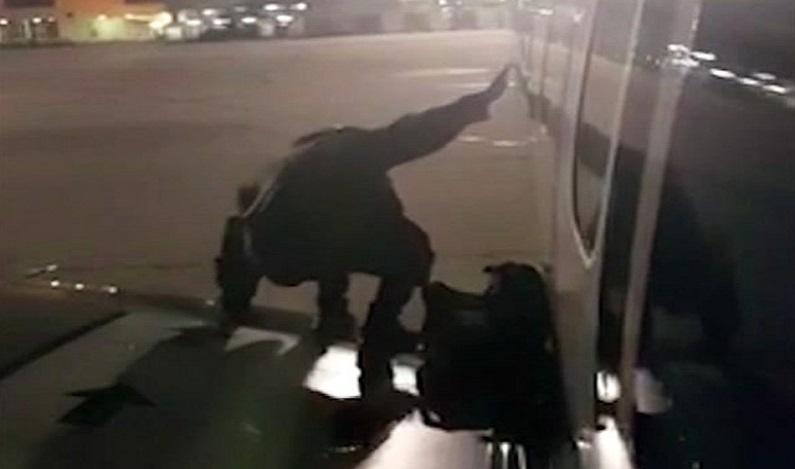 Passageiro impaciente para descer abre porta de emergência e sobe em asa de avião; veja vídeo