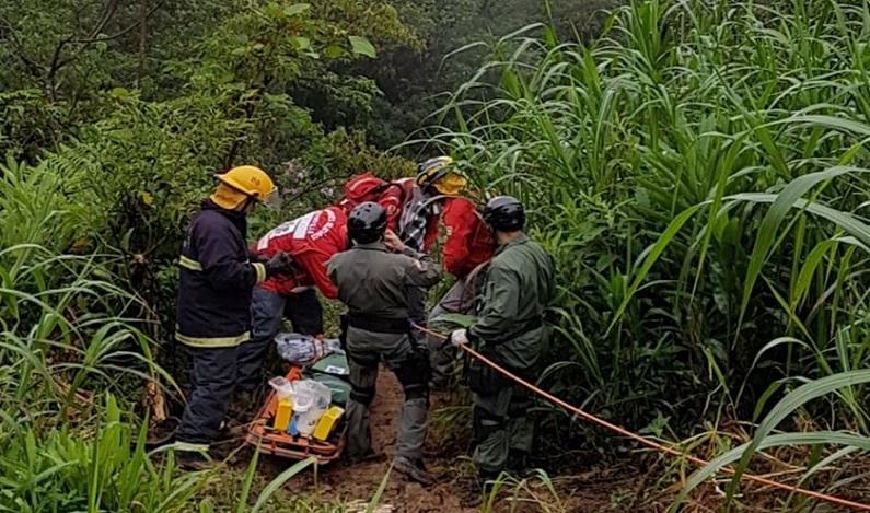 Casal é encontrado com vida 36 horas após veículo cair em ribanceira