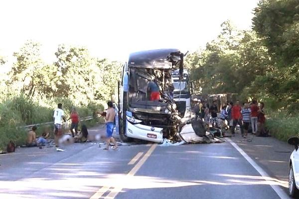 Feridos em acidente entre ônibus e carreta na BR-020 são resgatados para socorro no DF