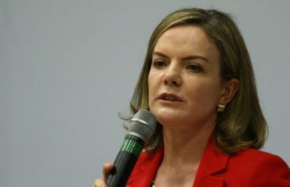 Senadora Gleisi Hoffmann vê apoio ao PT em música e comete gafe no carnaval