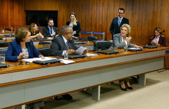 Comissão aprova projeto que protege mulheres transgêneras com a Lei Maria da Penha