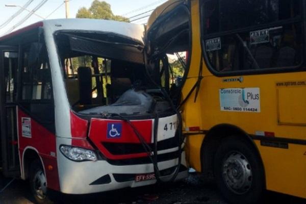 Acidente entre ônibus deixa 20 feridos em SP