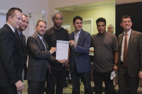 Ronaldinho Gaúcho filia-se ao PRB e deve disputar eleições pelo DF