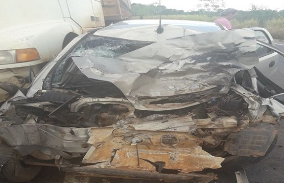 Pai e filho de 6 anos morrem após carro bater contra duas carretas na BR-364