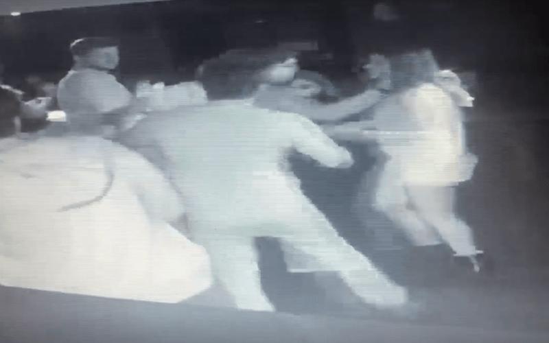 """Advogado agride médica em balada de R$ 500 após chama-la de """"rapariga, pobre e puta""""; veja vídeo"""