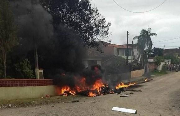 Três pessoas morrem após queda e explosão de helicóptero em Joinville (SC)