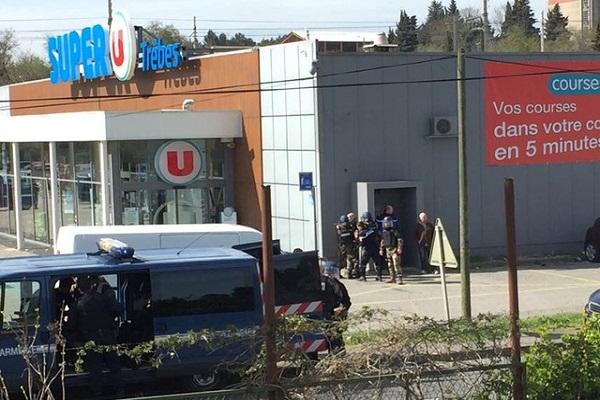 Homem armado faz reféns e deixa dois mortos em supermercado no sul da França