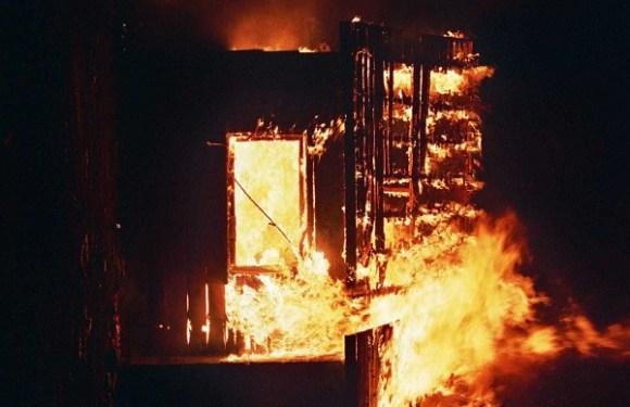 Criança morre após pai amarrá-la em cadeira e incendiar casa em MG