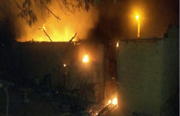 Mulher mata marido e morre carbonizada após atear fogo em casa