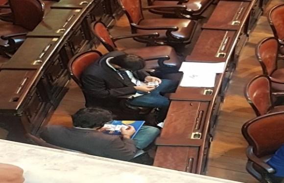 Assessor parlamentar que trocou figurinhas em sessão na Alerj é exonerado