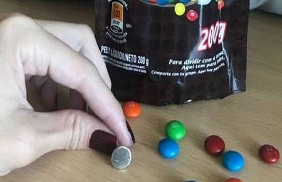 Consumidora encontra objeto metálico em saquinho de chocolate de marca conhecida