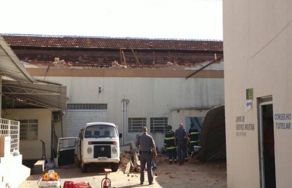 URGENTE: Teto de escola desaba e crianças ficam sob escombros em SP