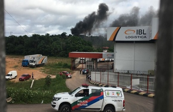 Avião de pequeno porte cai em área urbana de Manaus, diz Corpo de Bombeiros