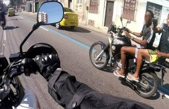 Motociclista grava momento em que é assaltado e baleado no RJ; veja vídeo