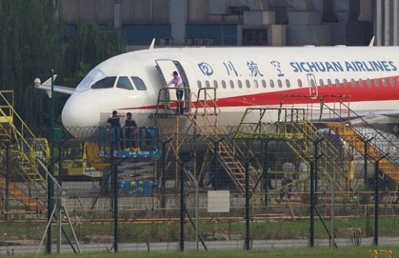 Copiloto é parcialmente sugado após janela de avião estourar na China