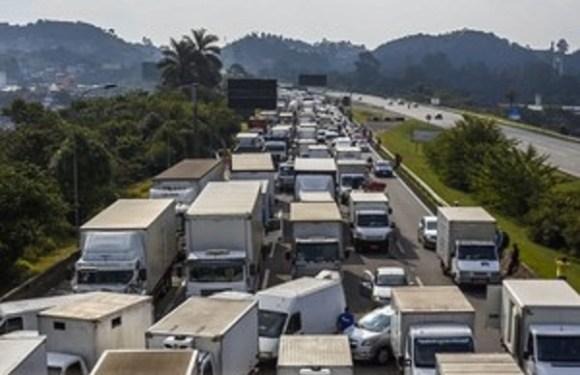 Caminhoneiros são hostilizados ao voltar ao trabalho